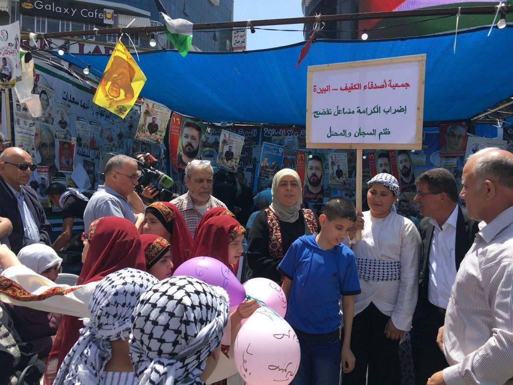 مشاركة جمعية أصدقاء الكفيف في فعاليات التضامن مع الأسرى في إضرابهم المفتوح عن الطعام